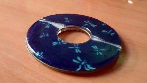 Tsuba dañada en la que los discos de policarbonato s ehan partido